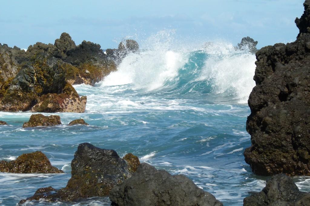 maui rocks wave